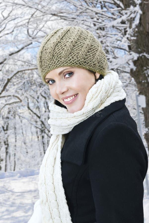 Mujer feliz afuera en invierno imagenes de archivo