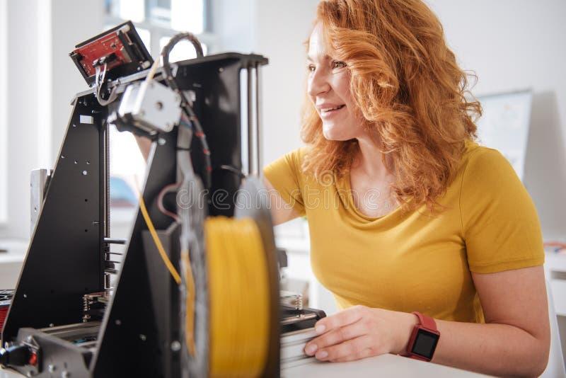 Mujer feliz alegre que trabaja con las tecnologías 3d foto de archivo