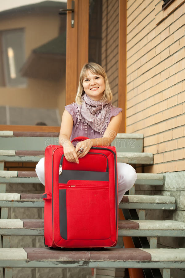Mujer feliz con bagaje imagen de archivo