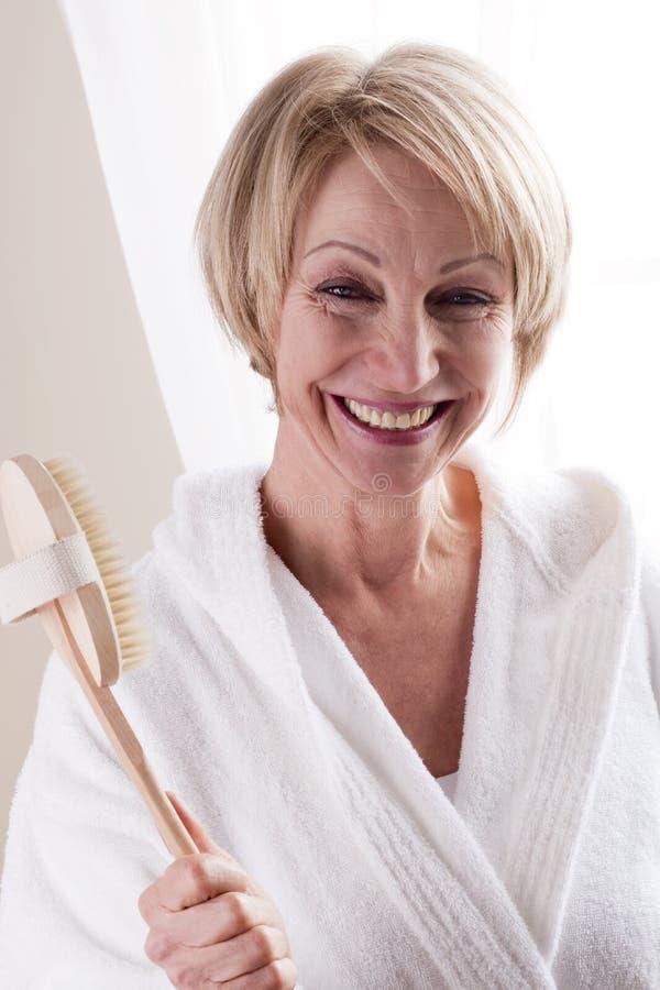 Mujer feliz con Bathbrush imagen de archivo libre de regalías