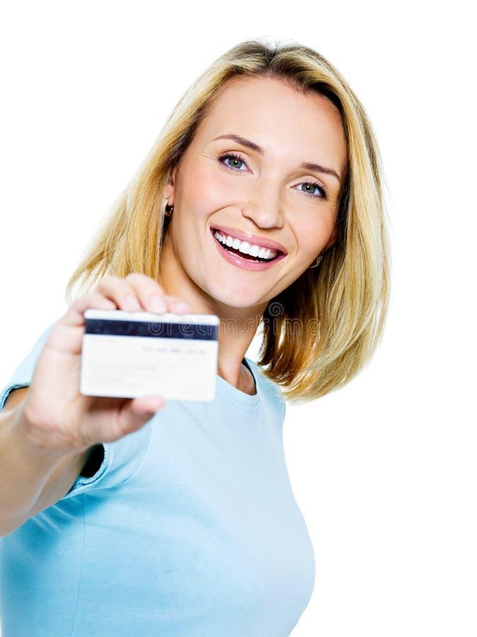 Mujer feliz con de la tarjeta de crédito imagen de archivo libre de regalías