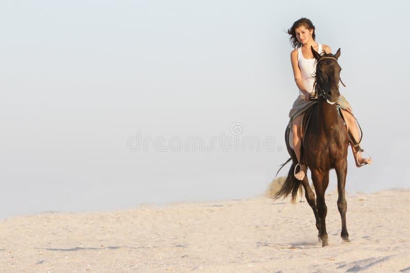 Mujer feliz con el caballo en fondo del mar imagen de archivo