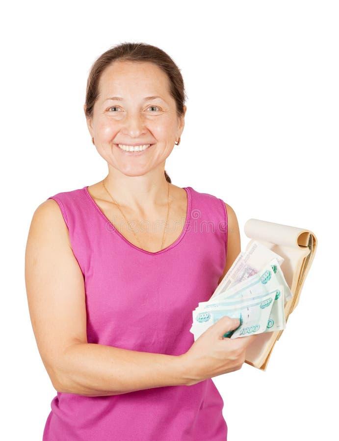 Mujer feliz con el cuaderno y el dinero imagen de archivo