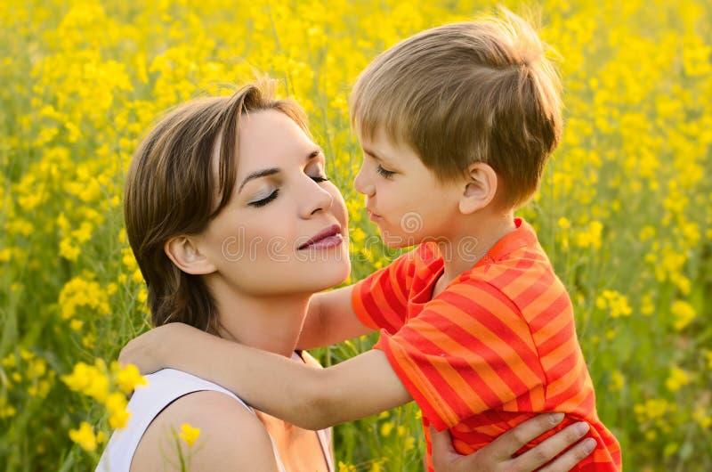 Mujer feliz con el niño imágenes de archivo libres de regalías