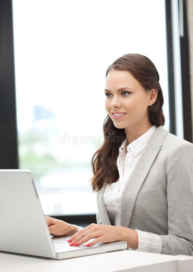 Mujer feliz con el ordenador portátil imagenes de archivo