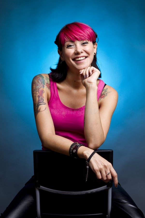 Mujer feliz con el pelo rosado foto de archivo libre de regalías