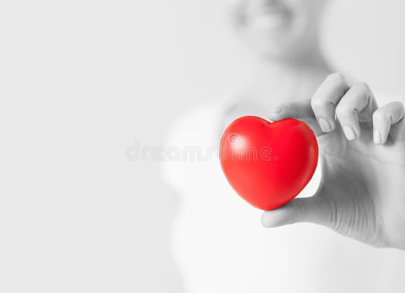 Mujer feliz con el pequeño corazón rojo fotos de archivo libres de regalías
