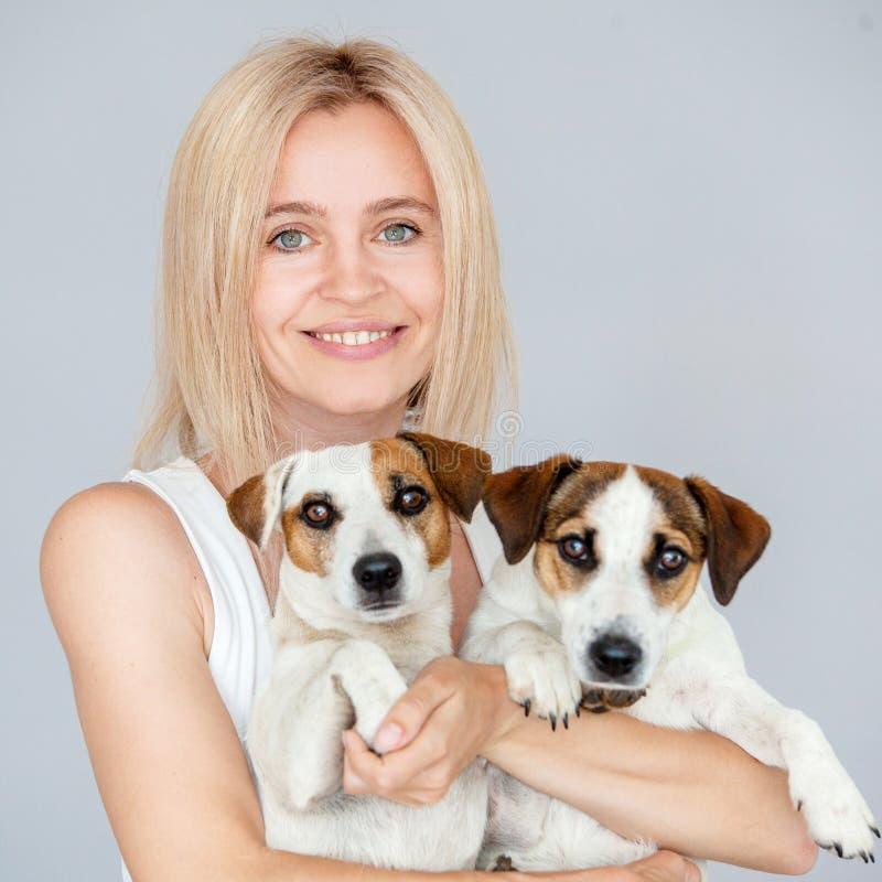 Mujer feliz con el perro imagenes de archivo