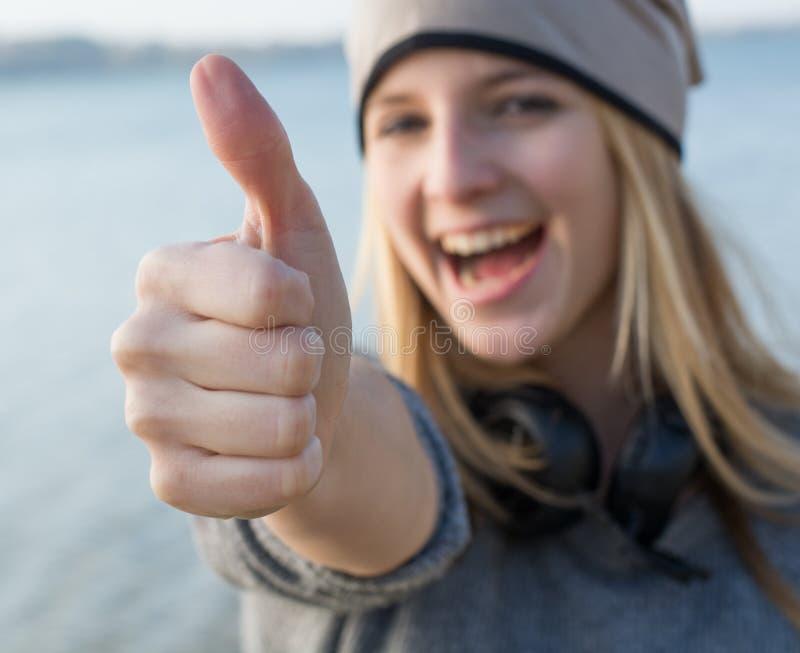 Mujer feliz con el pulgar para arriba foto de archivo libre de regalías