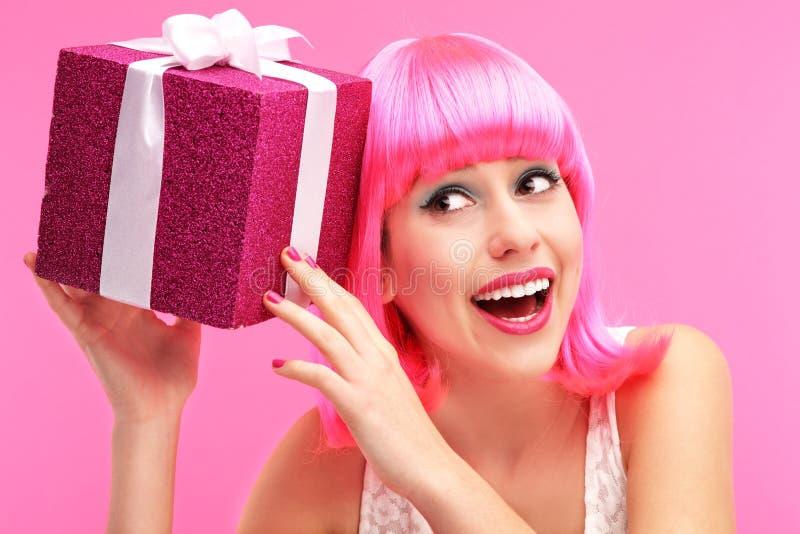 Mujer Feliz Con El Regalo Fotografía de archivo libre de regalías