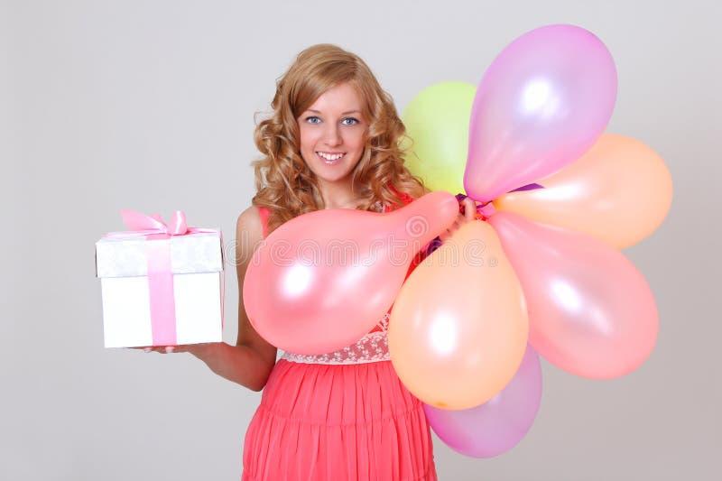 Mujer feliz con el regalo colorido del ANG de los globos foto de archivo libre de regalías
