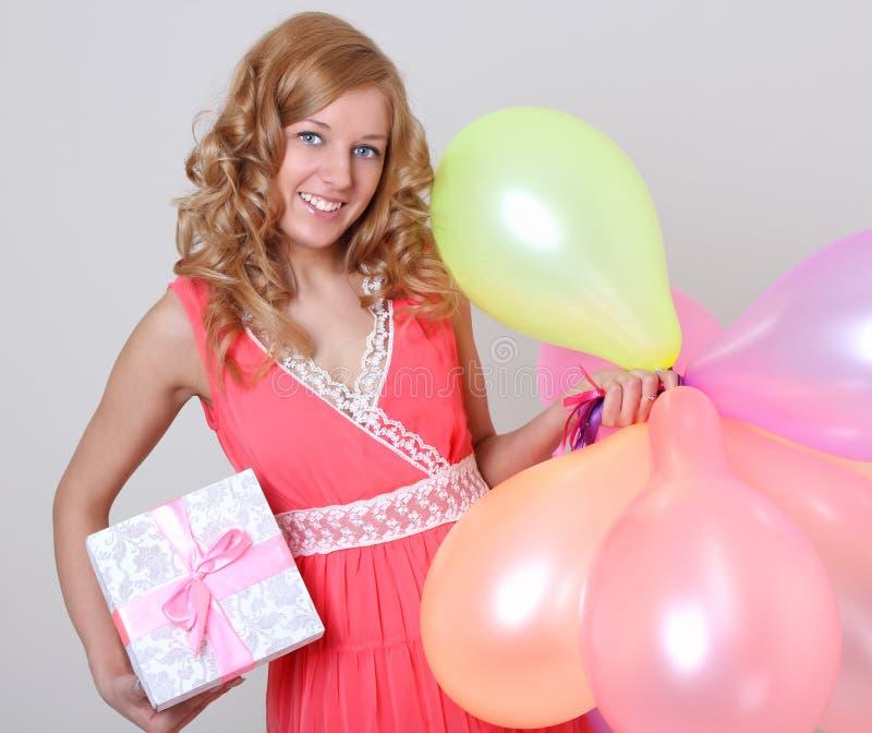 Mujer feliz con el regalo colorido del ANG de los globos fotos de archivo