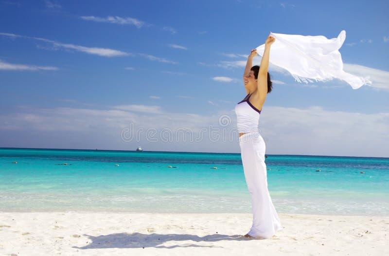 Mujer feliz con el sarong blanco imágenes de archivo libres de regalías