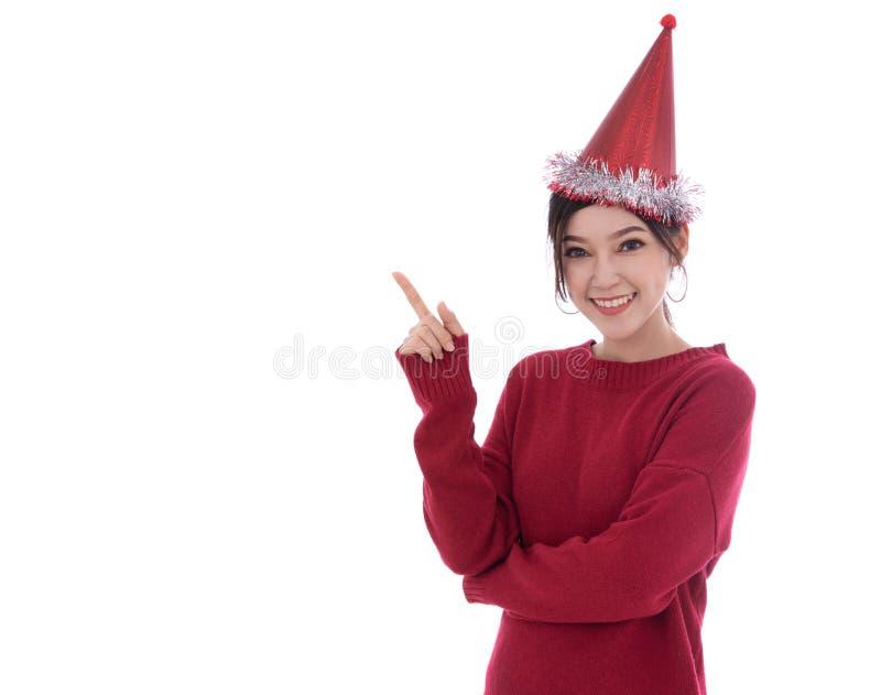 Mujer feliz con el sombrero de la Navidad aislado en el fondo blanco fotos de archivo