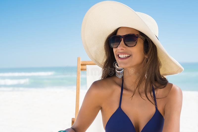 Mujer feliz con el sombrero de paja en la playa foto de archivo libre de regalías