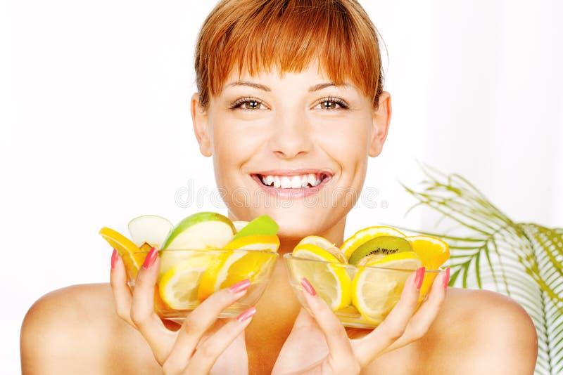 Mujer feliz con el tazón de fuente de fruta dos fotos de archivo