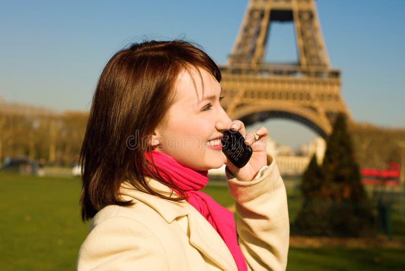 Mujer feliz con el teléfono celular en París imagen de archivo