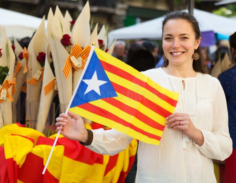 Mujer feliz con la bandera de Cataluña imagen de archivo