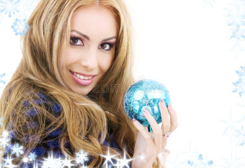Mujer Feliz Con La Bola Azul De La Navidad Fotografía de archivo libre de regalías
