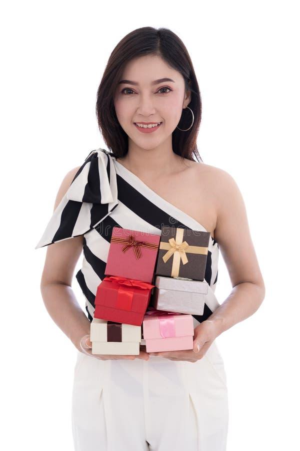 Mujer feliz con la caja de regalo aislada en el fondo blanco imagen de archivo libre de regalías
