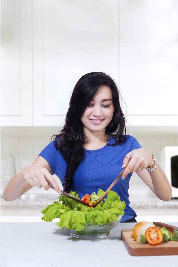 Mujer feliz con la comida sana foto de archivo