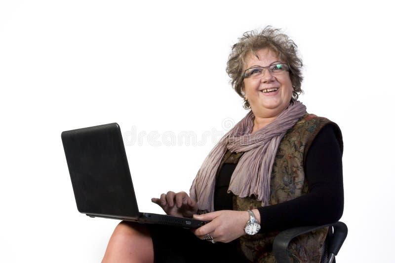 Mujer feliz con la computadora portátil fotos de archivo libres de regalías