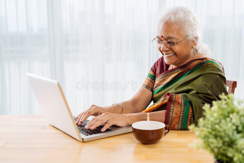 Mujer feliz con la computadora portátil imagenes de archivo