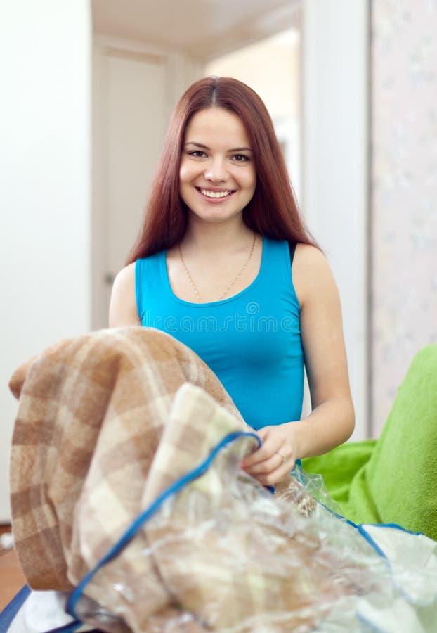 Mujer feliz con la nueva tela escocesa
