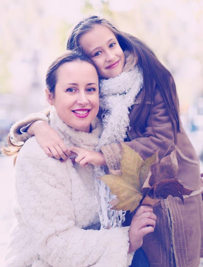 Mujer feliz con la pequeña hija imagen de archivo