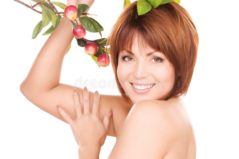 Mujer feliz con la ramita de la manzana foto de archivo libre de regalías
