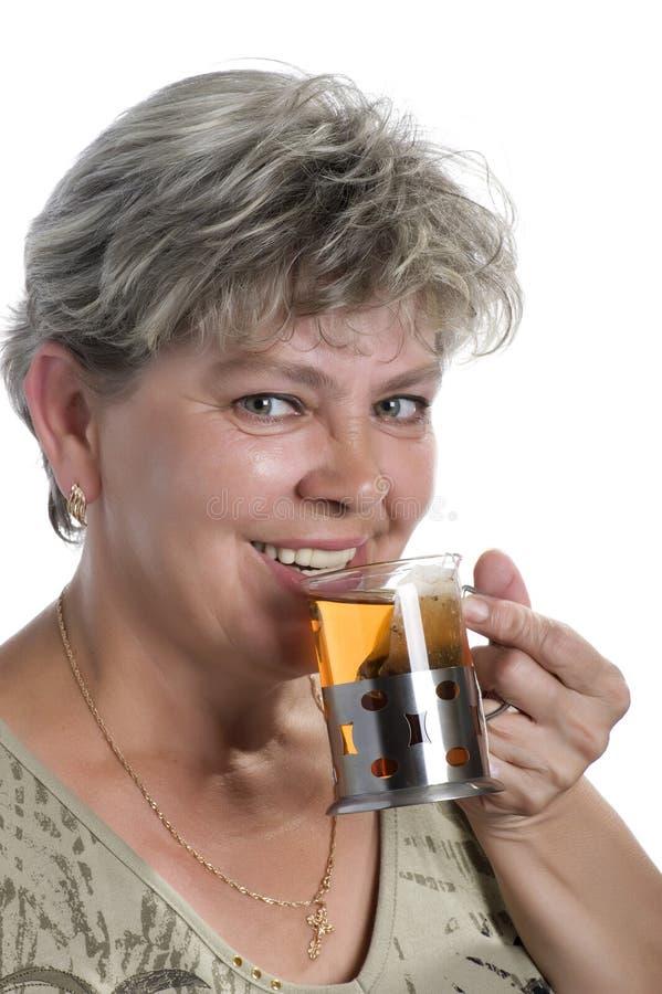 Mujer feliz con la taza de té imagen de archivo libre de regalías