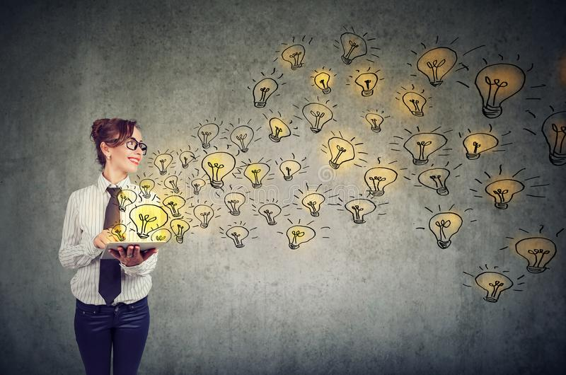 Mujer feliz con las ideas brillantes que son conocimiento creativo y de extensión con medios sociales imagenes de archivo
