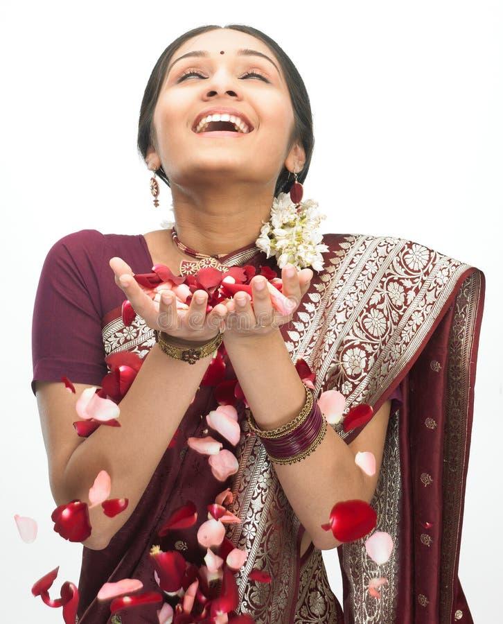 Mujer feliz con las porciones de pétalos imágenes de archivo libres de regalías