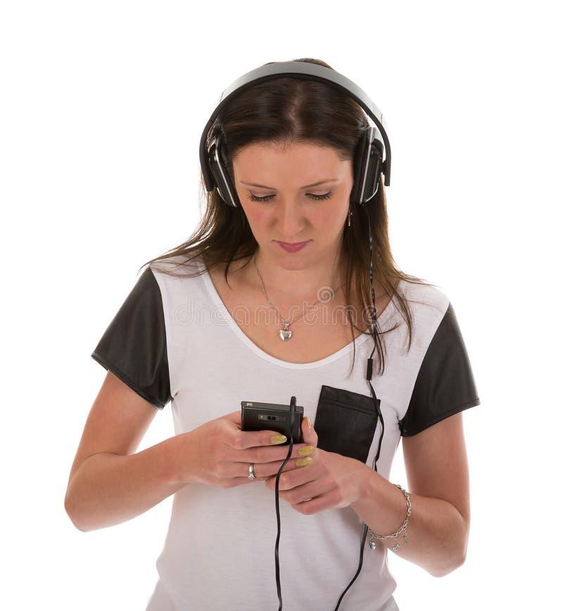 Mujer feliz con los auriculares que escucha la música fotos de archivo libres de regalías