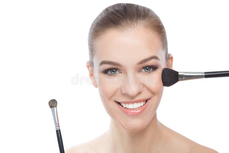 Mujer feliz con los cepillos, sobre un fondo blanco imagen de archivo libre de regalías