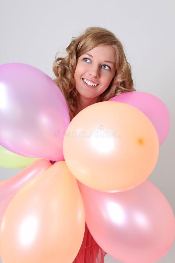 Mujer feliz con los globos coloridos fotografía de archivo libre de regalías