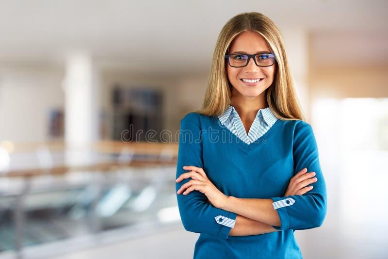 Mujer feliz con los vidrios en centro de negocios fotos de archivo