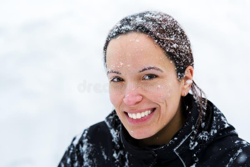 Mujer feliz con nieve en el pelo y la cara foto de archivo libre de regalías