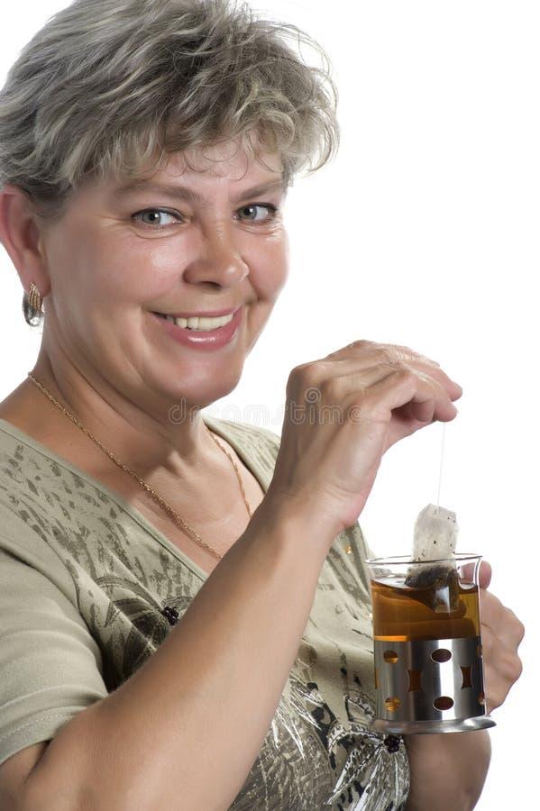Mujer feliz con té foto de archivo libre de regalías
