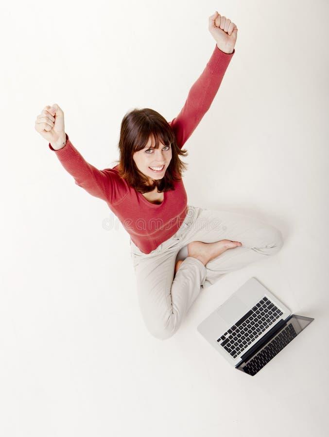 Mujer Feliz Con Una Computadora Portátil Imagen de archivo libre de regalías
