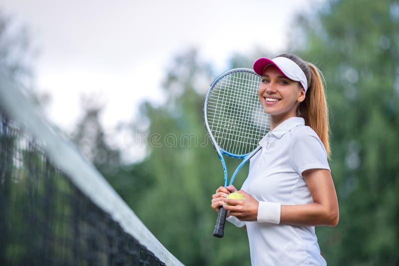 Mujer feliz con una estafa de tenis imagen de archivo