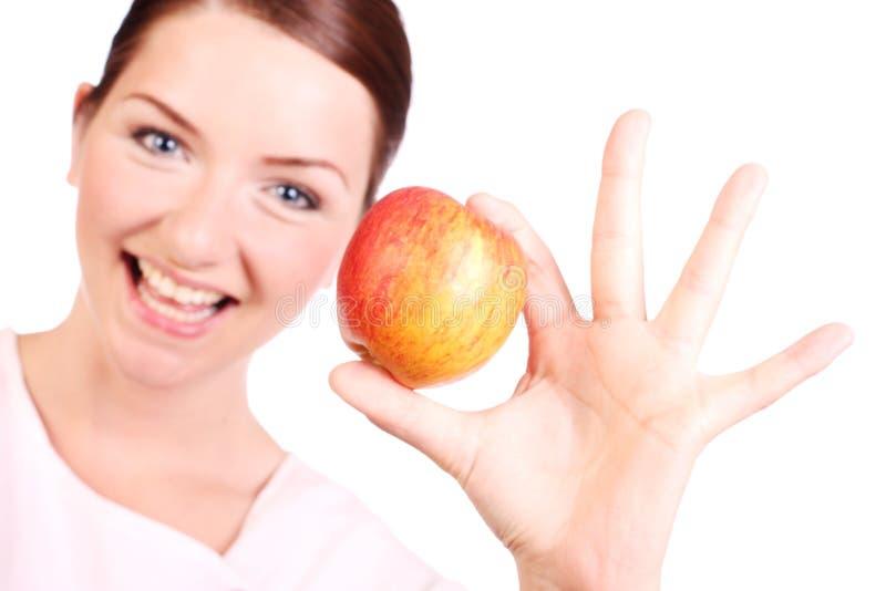 Mujer feliz con una manzana imagenes de archivo