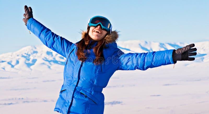 Mujer feliz contra las montañas nevosas imágenes de archivo libres de regalías