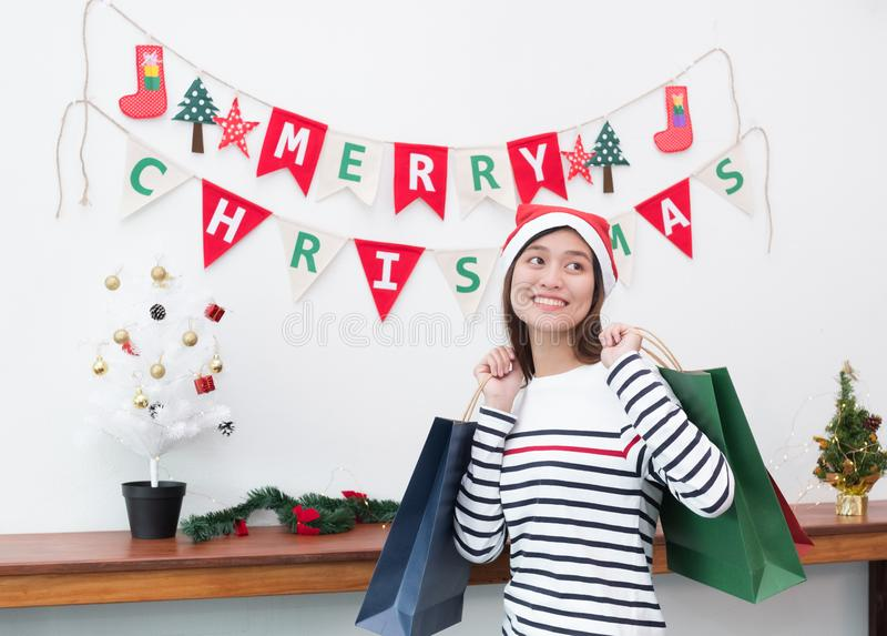 Mujer feliz de Asia de la sonrisa sosteniendo mucha el panier en el partido, compra Ch imagenes de archivo