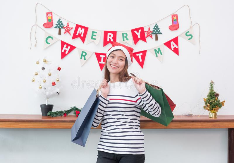 Mujer feliz de Asia de la sonrisa sosteniendo mucha el panier en el partido, compra Ch fotos de archivo libres de regalías