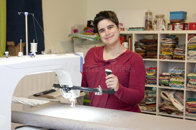 Mujer feliz de costura del espacio creativo fotografía de archivo