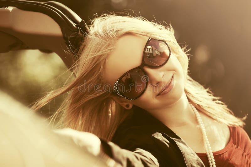 Mujer feliz de la moda de los jóvenes al lado de su coche imagenes de archivo