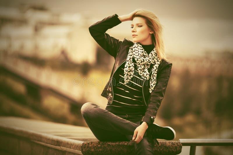 Mujer feliz de la moda de los j?venes en la chaqueta de cuero imágenes de archivo libres de regalías