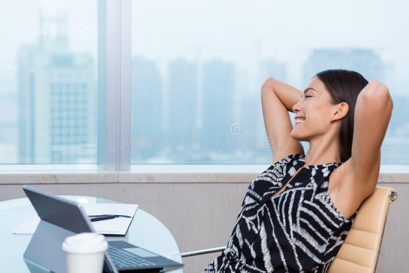 Mujer feliz de la oficina de la satisfacción del trabajo que se relaja fotos de archivo