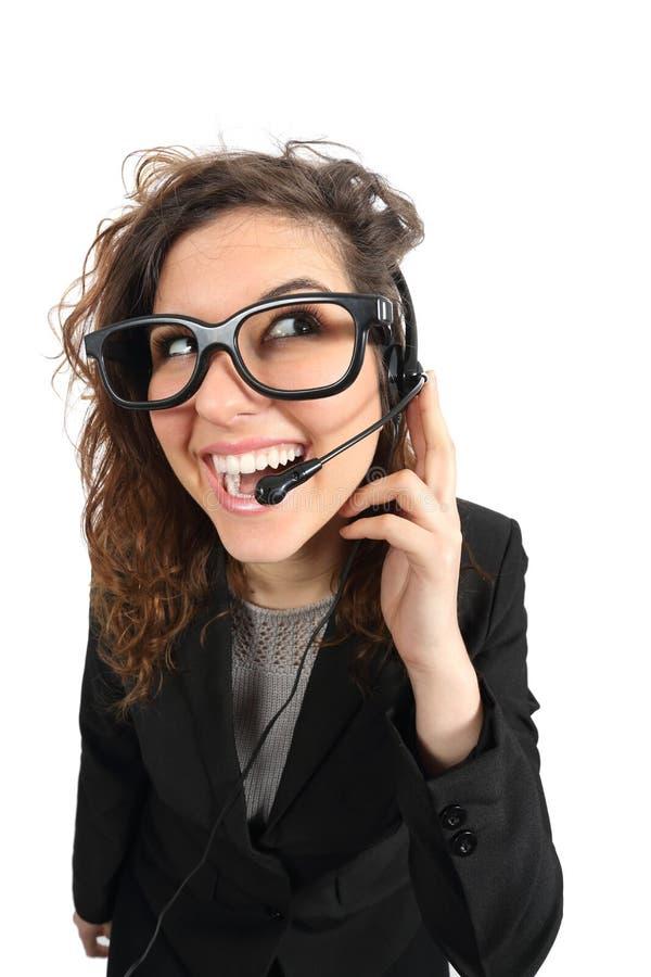 Mujer feliz de la telefonista del friki que asiste a una llamada fotos de archivo
